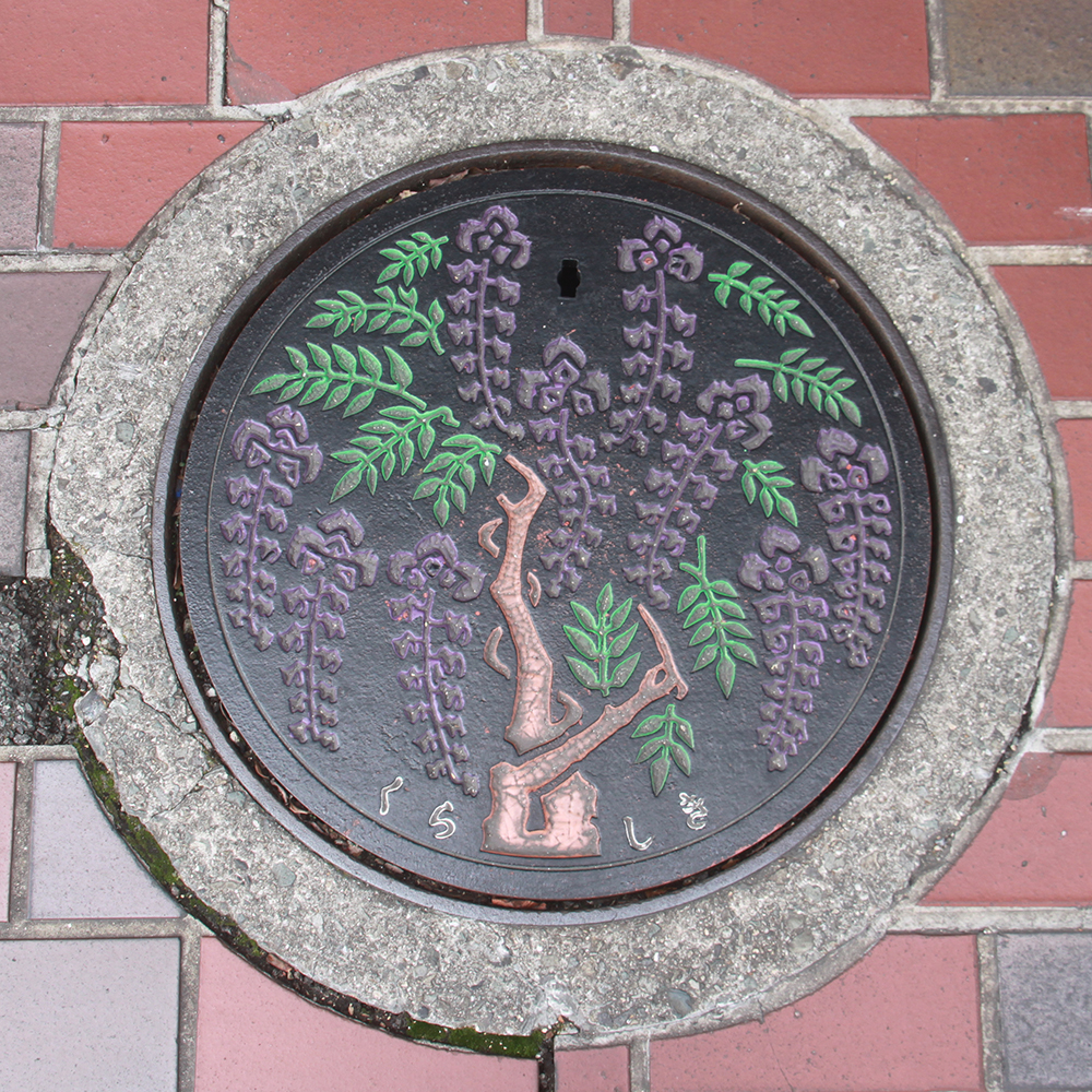 Kurashiki Manhole Cover - Photo by PINEAPPLE Studio